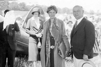Earhart arrives in from New York to Lecture Engagement